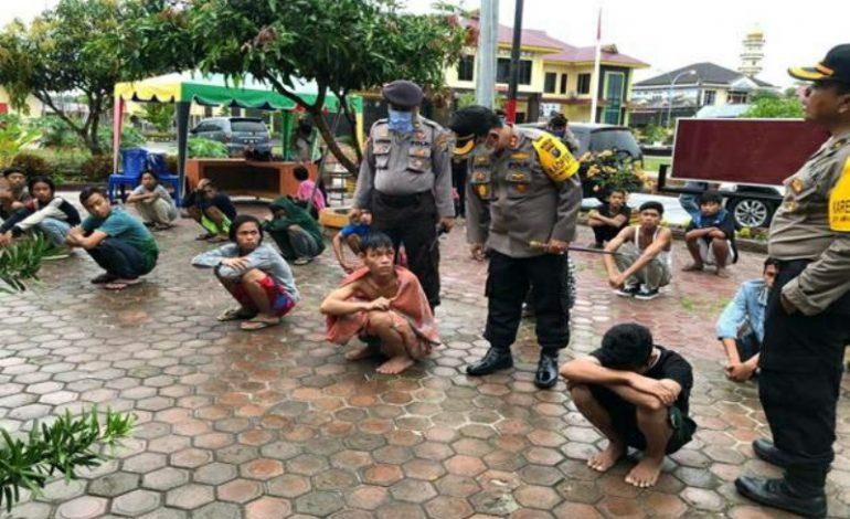 Meski Diguyur Hujan, Kapolres Cokol Remaja Diduga Terlibat Tawuran