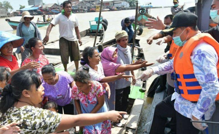 Dimuara, Zahir Bersama Kapolres Menyalurkan Bantuan ke Nelayan