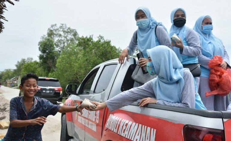 Menelusuri desa dengan Mobil, Maya Gelar Gerakan Berbagi Sedekah