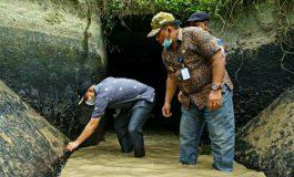 Aksi Heroik Zahir Bak Seperti Jokowi Saat Tinjau Gorong-gorong